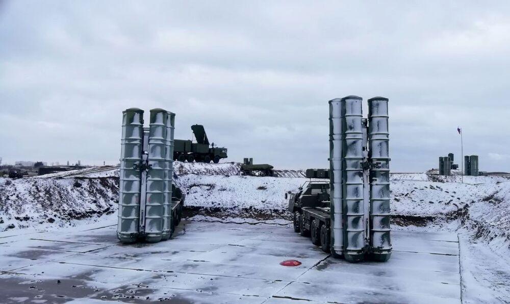 Divisão do sistema de defesa antiaérea S-400 Triumph completou os testes e entrou em serviço de combate na Crimeia, Rússia