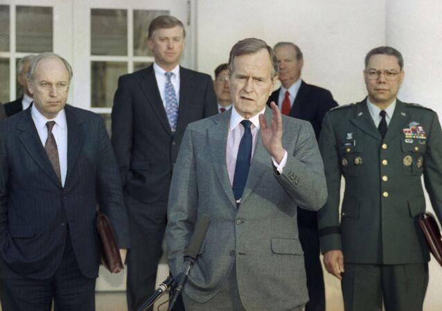 41º presidente dos Estados Unidos, George H.W. Bush, fala com repórteres da Casa Branca depois de se reunir com os principais assessores militares para discutir a Guerra do Golfo Pérsico, em 11 de fevereiro de 1991 (imagem de arquivo)