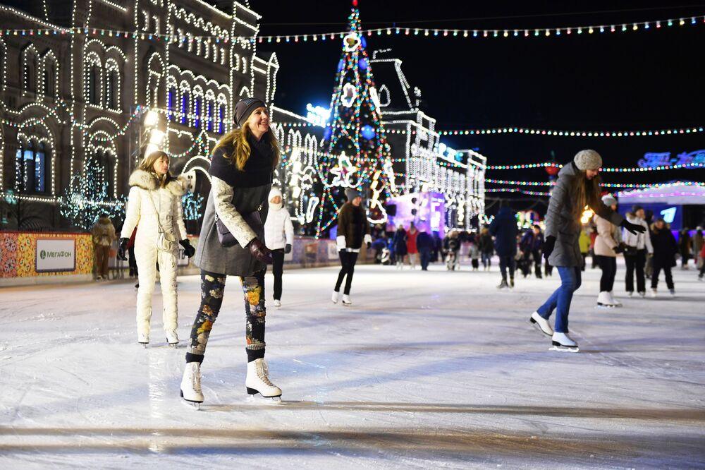 Como este ano na Rússia foi declarado como o Ano do Voluntário, voluntários participaram pela primeira vez da abertura da pista de patinação perto do GUM.