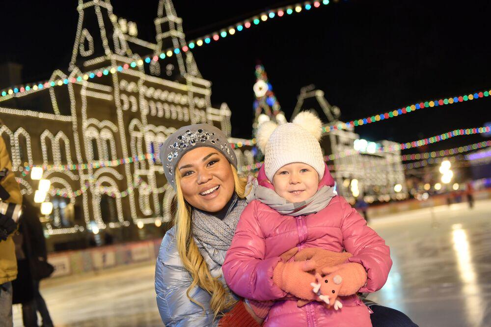 Além da feira e atrações, na zona festiva os visitantes poderão aproveitar aulas de hóquei sobre o gelo e patinação artística, curling, teatro musical no gelo, entre outras atividades.