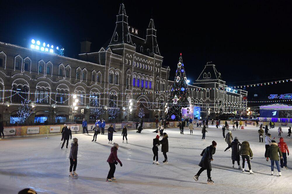 Moscovitas se divertindo na pista de patinação na Praça Vermelha.
