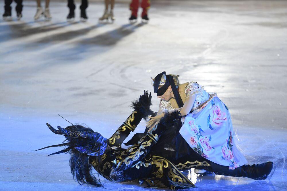 Fragmento da peça musical sobre o gelo A Flor Escarlate, baseada no conto popular russo, apresentado por Tatiana Navka durante a abertura da pista.