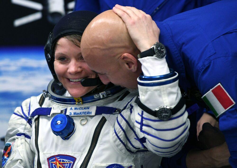 Tripulante da espaçonave Soyuz MS-11, astronauta da NASA Anne McClain, com o astronauta italiano Luca Parmitano, da Agência Espacial Europeia