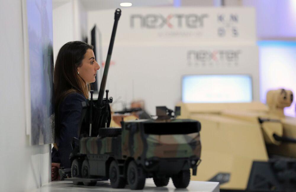 Mulher na Feira Internacional de Defesa EDEX 2018 no Egito
