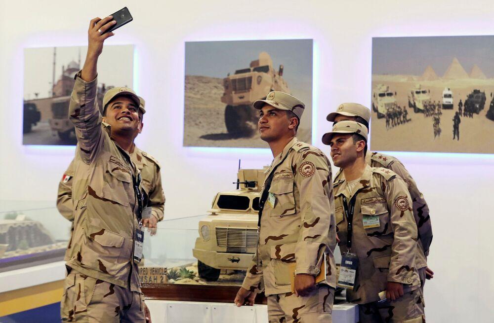 Soldados egípcios posando para selfie na Feira Internacional de Defesa EDEX 2018 no Egito