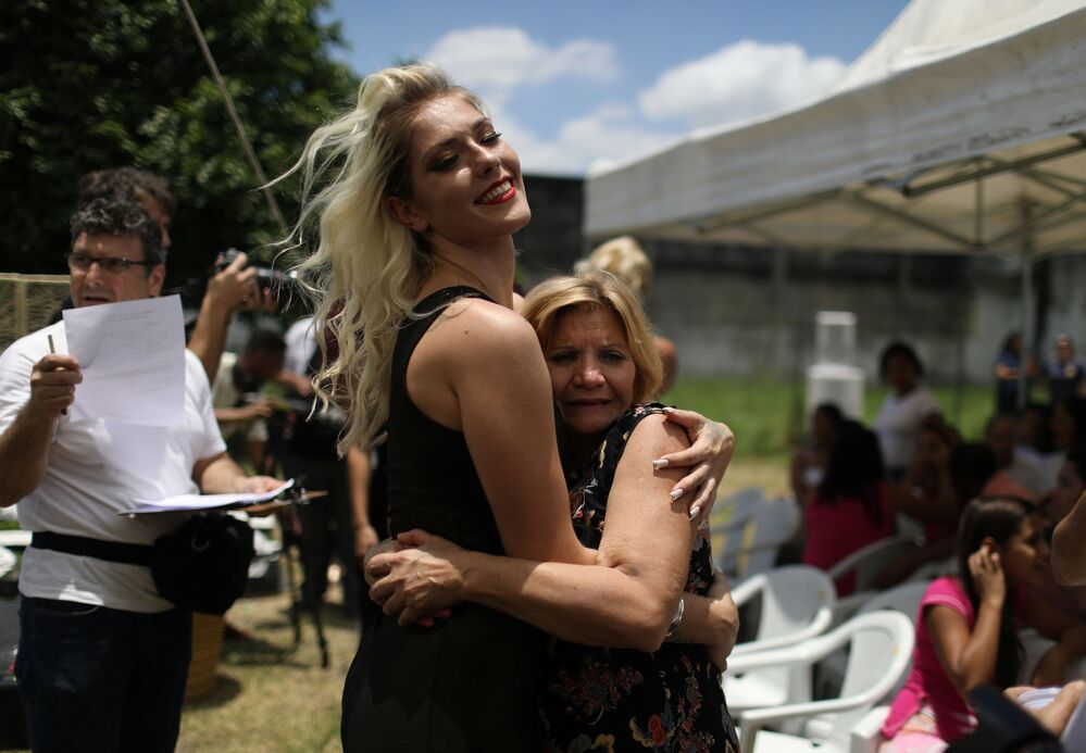 Prisioneira abraça sua mãe durante concurso anual de beleza organizado na Penitenciária Talavera Bruce, Rio de Janeiro (Brasil), em 4 de dezembro de 2018
