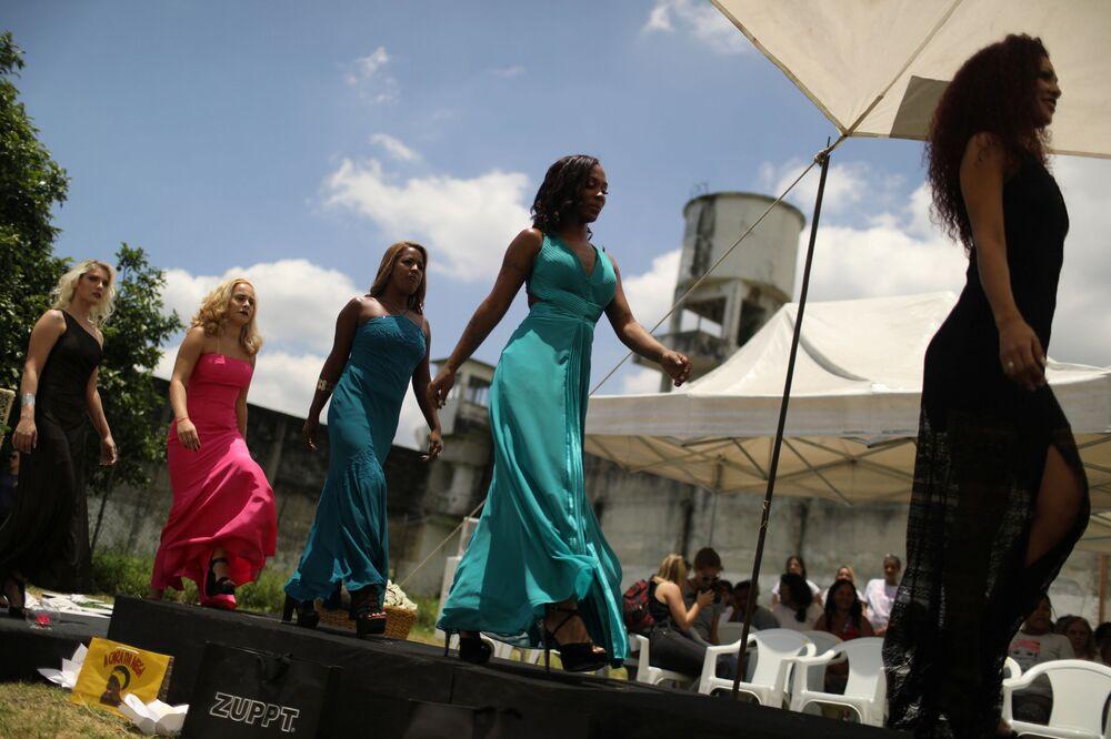 Participantes prisioneiras desfilam com vestidos durante o concurso de beleza Garota TB, na Penitenciária Talavera Bruce, Rio de Janeiro (Brasil)
