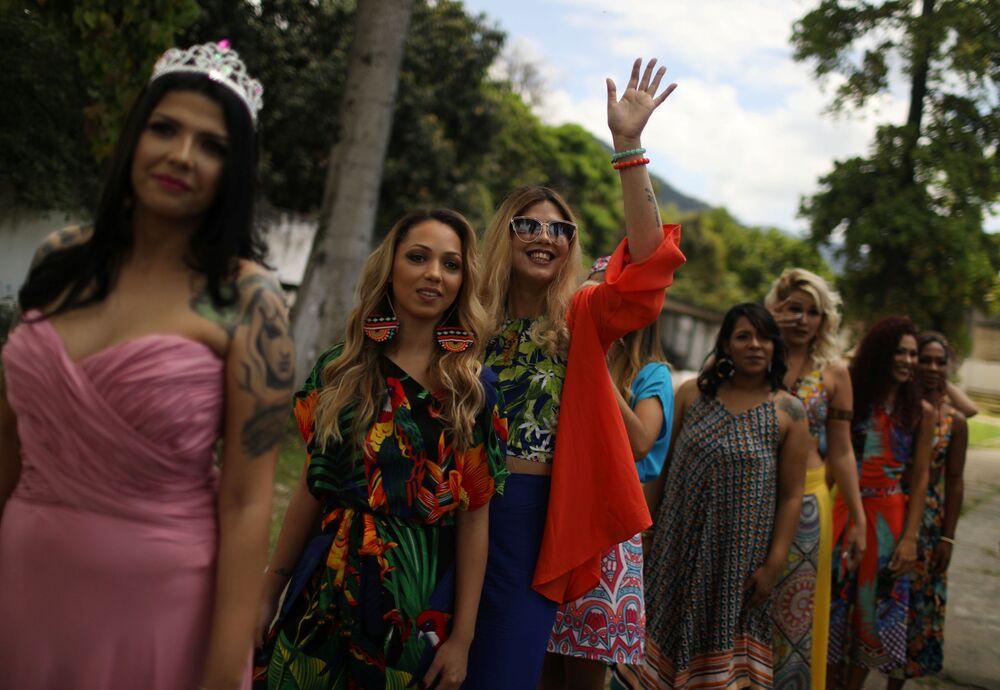 Prisioneiras e participantes do concurso de beleza Garota TB, organizado pelo movimento Coração Solidário, esperam em fila para o desfile dentro da prisão, no Rio de Janeiro, Brasil, 4 de dezembro de 2018
