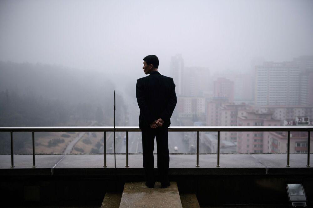 Homem no topo de um edifício em Pyongyan