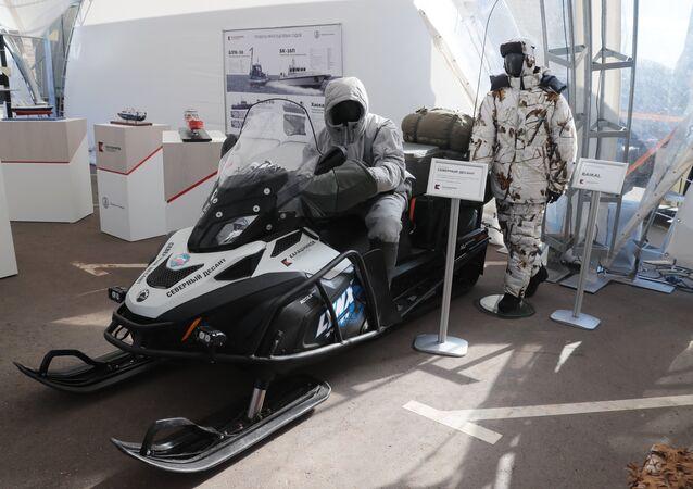 Conjunto Desembarque no Norte: traje de combate ártico Nanuk e motoneve no campo de tiro do Consórcio Kalashnikov