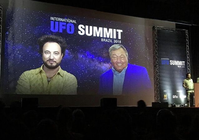 Erich von Däniken e Giorgio Tsoukalos falam durante palestra da UFO Summit 2018, em São Paulo.