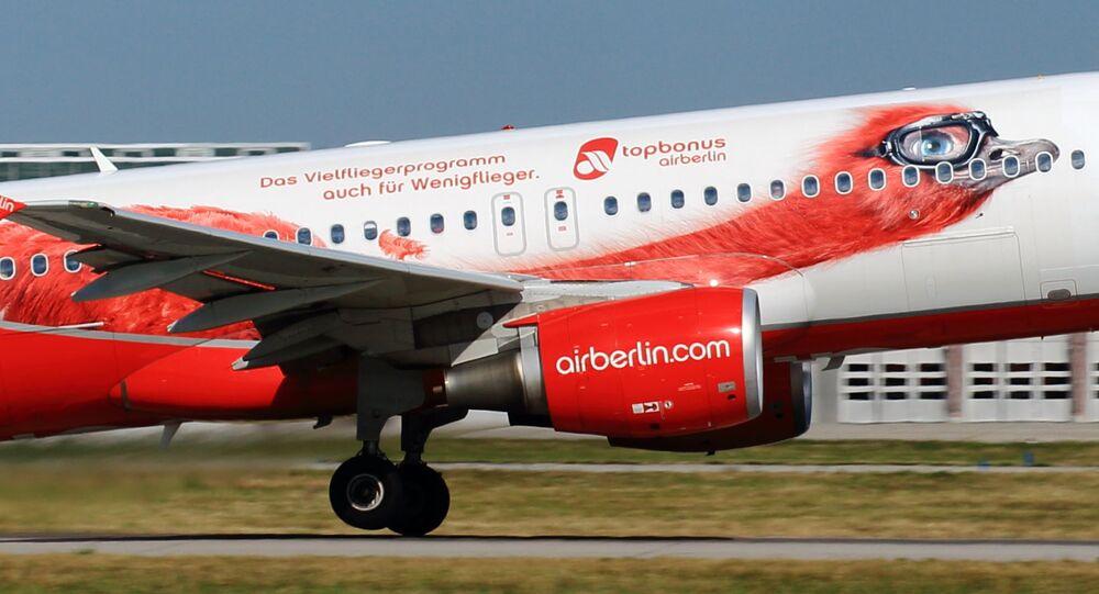 Aeronave D-ABFO (Airbus A320 - MSN 4565) da companhia aérea alemã Air Berlin se prepara para decolar