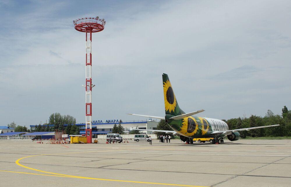 Avião da companhia aérea russa Kuban no Aeroporto da Anapa, Crimeia, decorado com girassóis