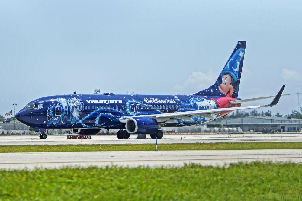 Avião da companhia aérea WestJet com o Mickey Mouse transmitindo energia positiva