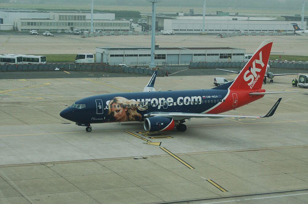 A SkyEurope decidiu desenhar uma loira em um de seus aviões