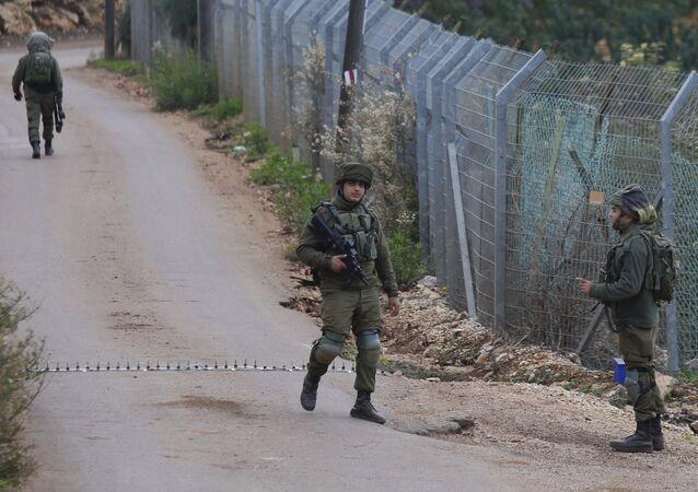 Soldados israelenses bloqueando estrada na fronteira com o Líbano na cidade de Metula, norte de Israel, em 4 de dezembro de 2018