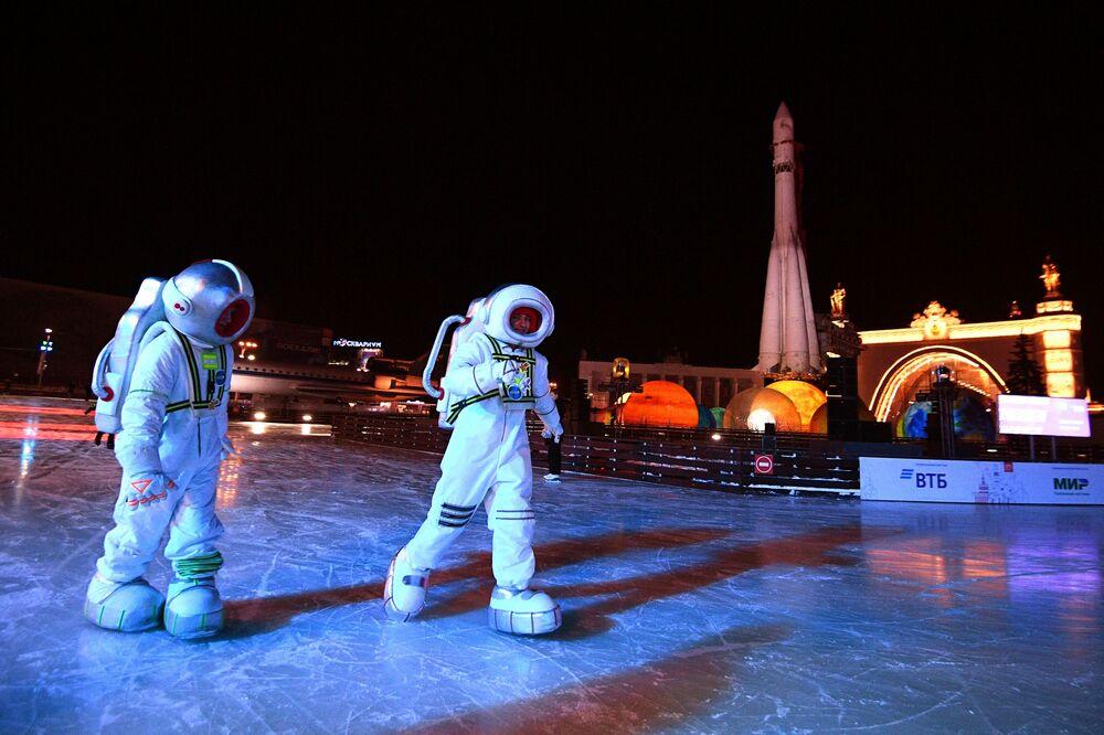 """Artistas durante abertura do complexo de atrações de inverno """"Cidade de Inverno"""" no Centro Panrusso de Exposições, conhecido como VDNKh, em Moscou"""
