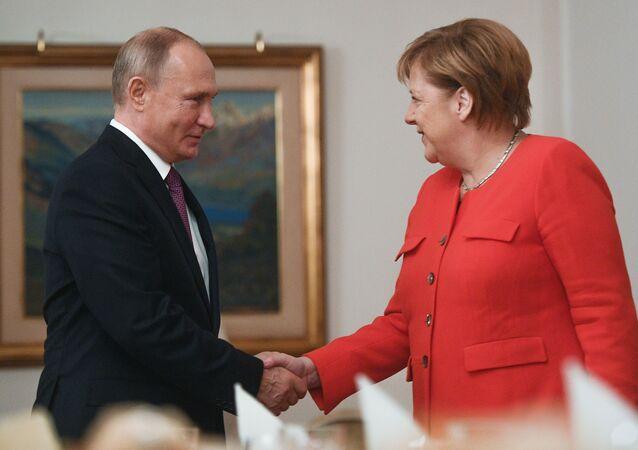 O presidente russo Vladimir Putin e a chanceler alemã Angela Merkel durante encontro nas margens da cúpula do G20 em Buenos Aires