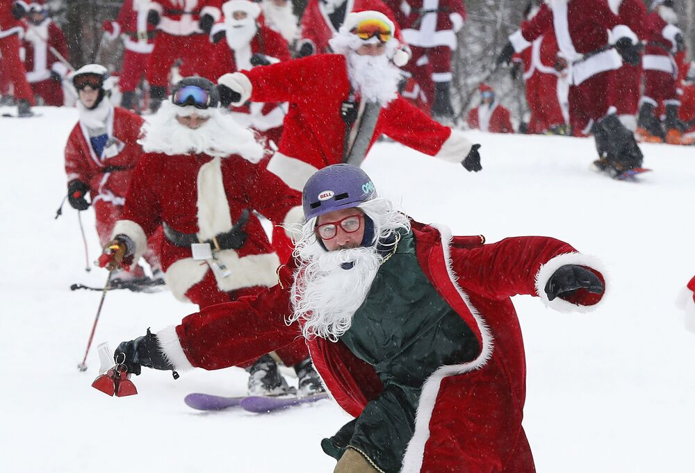 Esquiadores e snowboarders vestidos de Papai Noel durante o anual evento Santa Sunday, em Newry, Maine, EUA