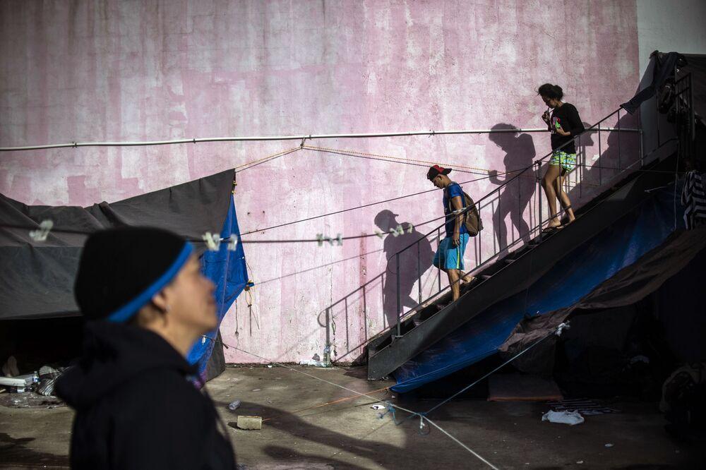 Migrantes centro-americanos em abrigo temporário em Tijuana, México, perto da fronteira norte-americana