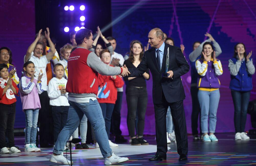O presidente russo Vladimir Putin entrega o prêmio Voluntário da Rússia 2018