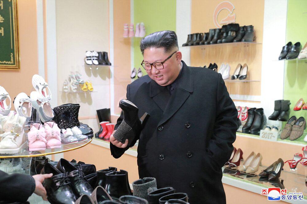 Líder norte-coreano Kim Jong-un visita uma fábrica de calçado em Wonsan, Coreia do Norte