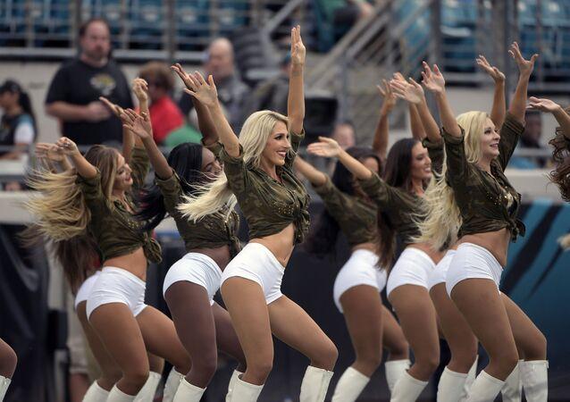 Líderes de torcida da equipe de futebol americano Jacksonville Jaguars durante um jogo do time contra o Indianapolis Colts