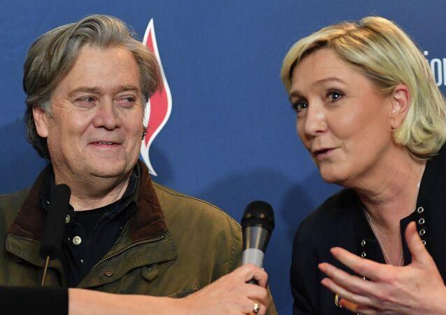 Líder da direita francesa, Marine Le Pen (à direita), e o ex-estrategista da Casa Branca, Steve Bannon (à esquerda) durante um congresso partidário na região Norte da França, em Lille.