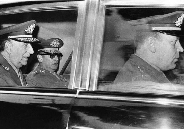 Emílio Garrastazu Médici deixa o Palácio das Laranjeiras após ser nomeado presidente, em 7 de outubro de 1969.