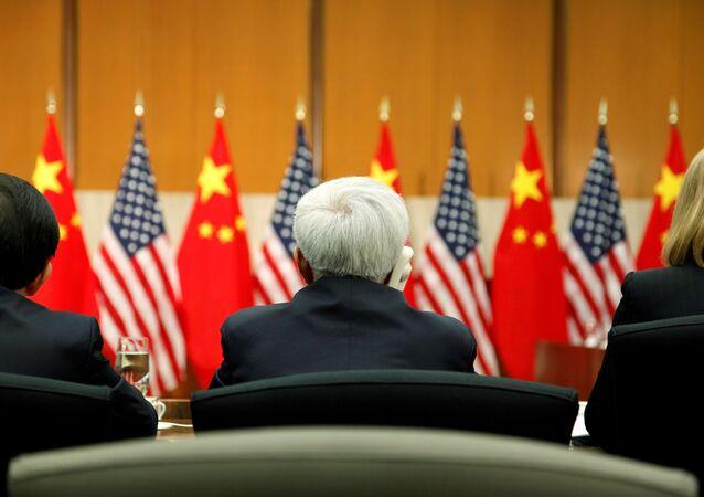 Delegados assistem discurso do conselheiro de Estado da China, Yang, e do vice-secretário de Estado americano, Burns, numa sessão do S & ED em Washington