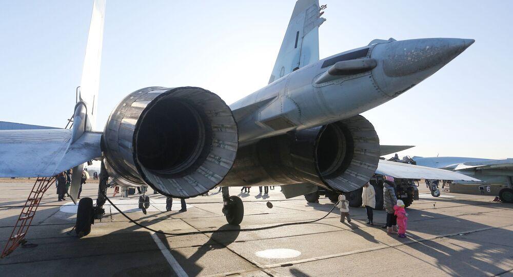 Um caça russo Su-35S do grupo de acrobacia aérea Sokoly Rossii em um aeródromo perto de Vladivostok, no Extremo Oriente russo