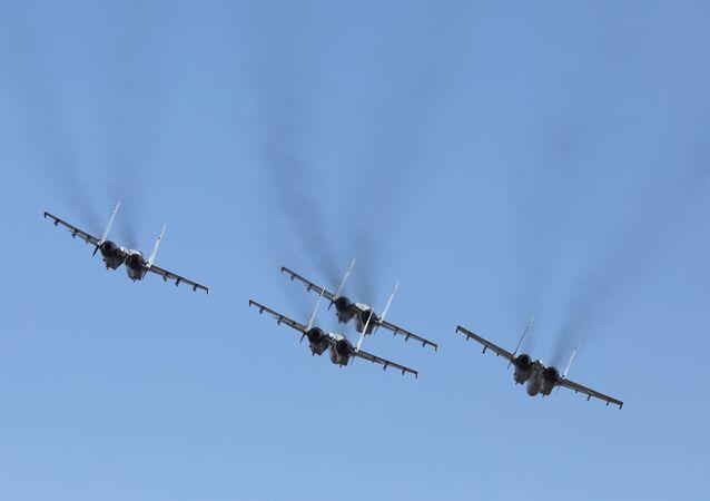 Os Sokoly Rossii realizam voos de demonstração nos caças Su-35S, para assinalar os cem anos da fundação do regimento de aviação de combate da Força Aérea russa e da Defesa Aérea do Distrito Militar Oriental