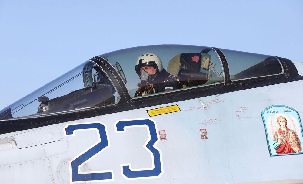 Piloto na cabine de um caça russo Su-35S
