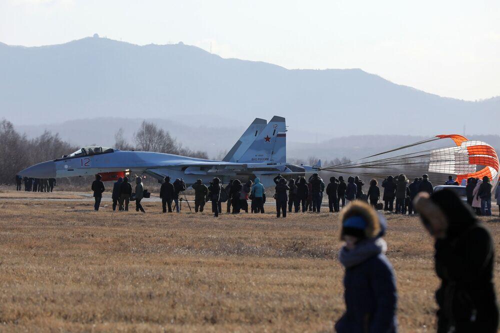 Um caça russo Su-35S do grupo de acrobacia aérea Sokoly Rossii em um aeródromo perto da cidade russa de Vladivostok