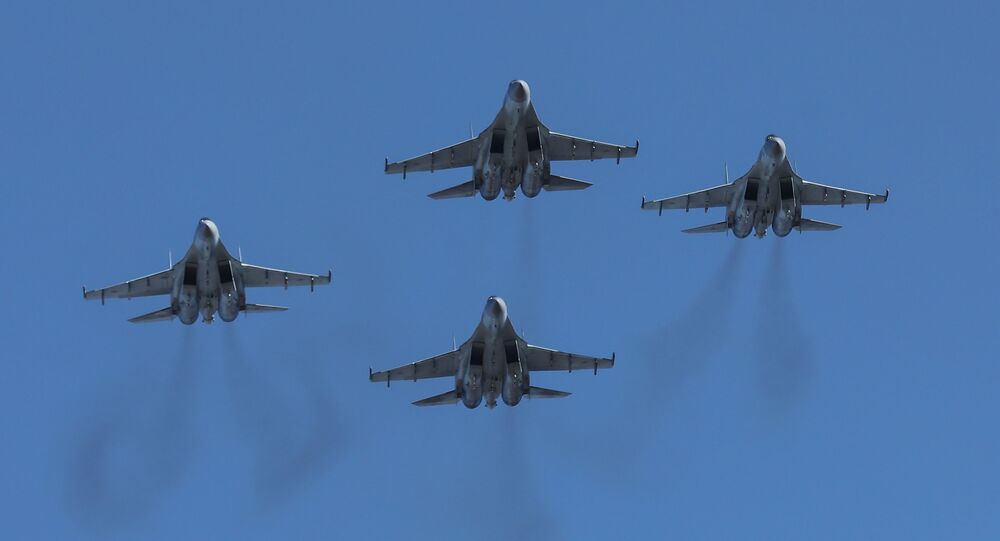 Caças russos Su-35S participam das celebrações em homenagem aos cem anos da criação do regimento de aviação de combate da Força Aérea russa e da Defesa Aérea do Distrito Militar Oriental