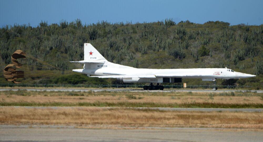 Bombardeiro Tu-160 durante pouso no aeroporto venezuelano