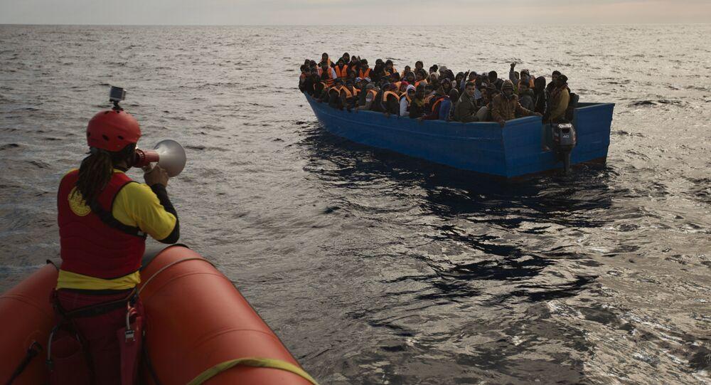 Migrantes e refugiados são assistidos por membros da ONG espanhola Proactiva Open Arms (arquivo)