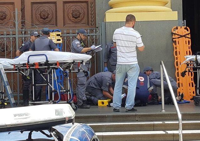 Imagens do atendimento médico frente à catedral em que um homem abriu fogo contra fiéis em Campinas-SP. Pelos 5 pessoas foram mortas pelo atirador que cometeu suicídio em seguida.