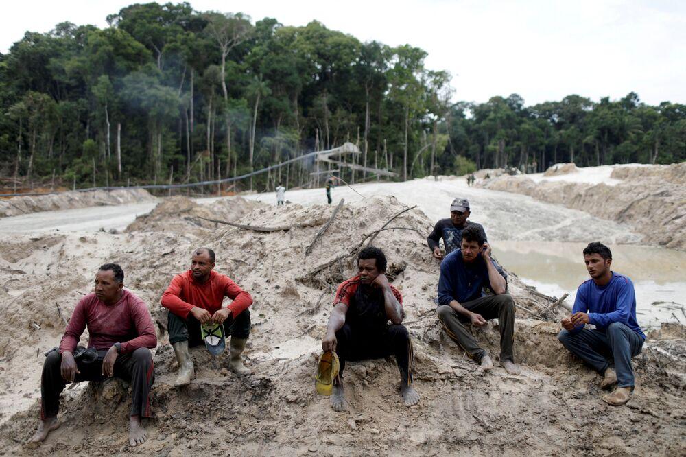 Mineiros detidos para interrogatório em mina ilegal de ouro, localizada no sudeste do estado do Pará, durante uma operação conduzida por agentes do Ibama, Brasil, 5 de novembro de 2018