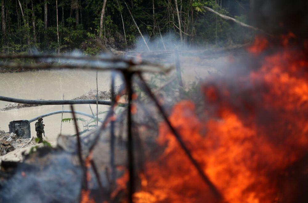 Máquinas da mina ilegal de ouro sendo queimadas durante operação do Ibama, realizada no sudeste do estado brasileiro do Pará, 4 de novembro de 2018