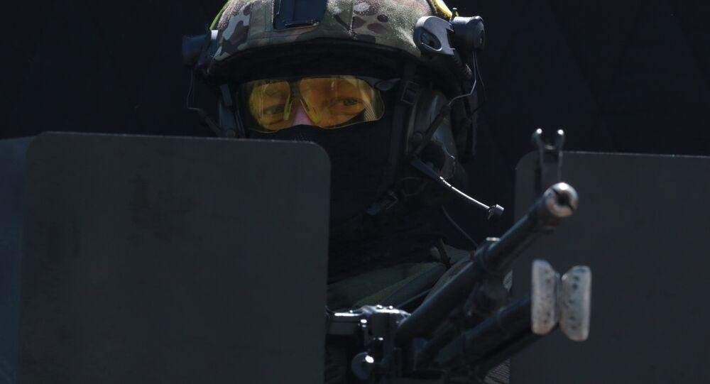 Agente do FSB (Serviço Federal de Segurança) aponta fuzil de assalto contra alvo inimigo