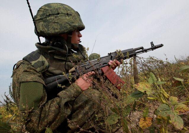 A metralhadora Kalashnikov foi usada pelos participantes dos exercícios Vostok 2014