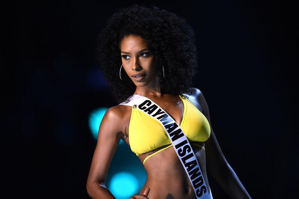 Caitlin Tyson, miss das Ilhas Caimão, posa para foto em traje de banho durante preliminar da 67ª edição do concurso Miss Universo, em Bangkok, Tailândia