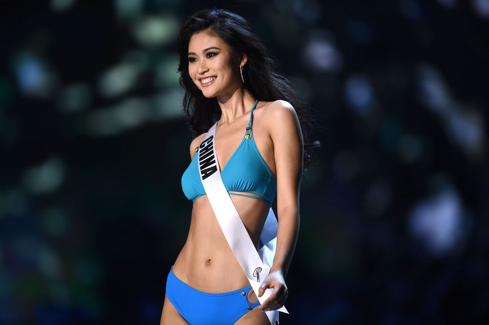 Representante da China, Meisu Qin, participa em Bangkok (Tailândia), do concurso anual de beleza Miss Universo, 13 de dezembro de 2018