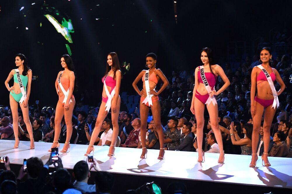 Representantes do Quirguistão, Kosovo, Coreia do Sul, Quênia, Cazaquistão e Japão posam de maiô durante o concurso Miss Universo 2018 em Bangkok, em 13 de dezembro 2018