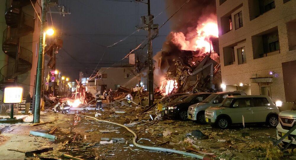 Bombeiros trabalham em local de explosão de restaurante japonês na cidade de Sapporo.