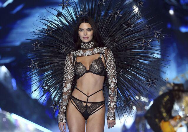 Modelo Kendall Jenner posa na passarela durante o desfile Victoria's Secret