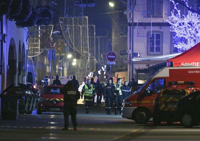 Polícia e equipes de emergência chegam à Rue des Grandes Arcades, em Estrasburgo, França, após tiroteio na noite de 11 de dezembro de 2018