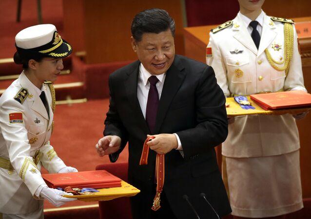 O presidente chinês, Xi Jinping, se prepara para apresentar conceder medalhas durante uma conferência que comemora o 40º aniversário da política de reforma e abertura da China no Grande Salão do Povo em Pequim, terça-feira, 18 de dezembro de 2018