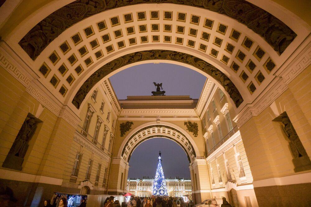 Principal árvore de Natal na Praça do Palácio em São Petersburgo